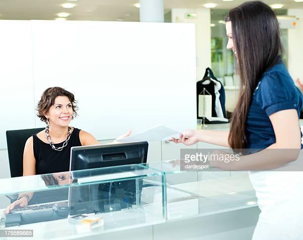 Fêmea Rececionista e Mulher de negócios na recepção