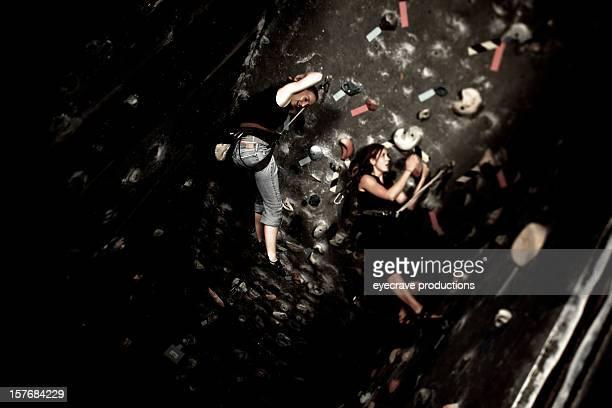 Weibliche Bergsteiger Klettern Fitnessraum