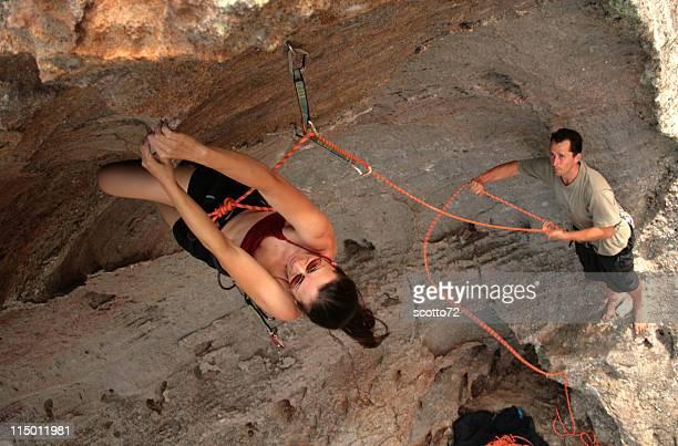 Weibliche und männliche belayer Rockclimber