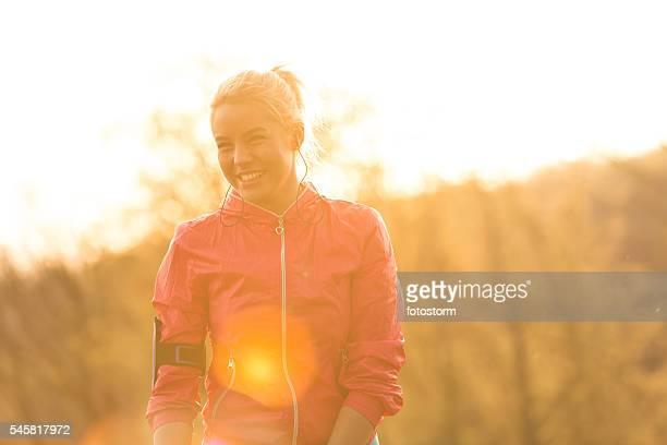 Weibliche Läufer beim Musikhören auf Kopfhörer