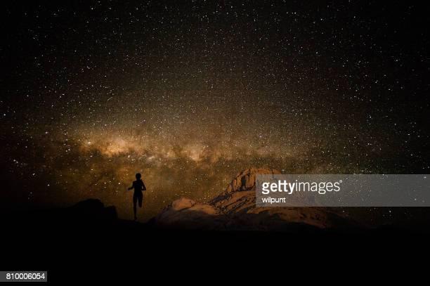 Weibliche Läufer Milky Way und Berg