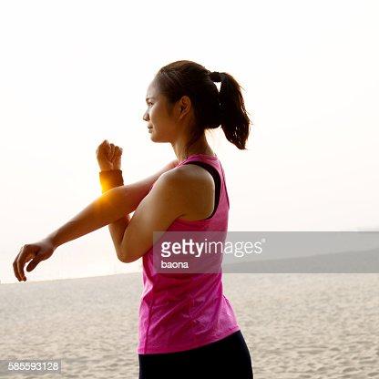 女性ランナーストレッチ彼女の腕の