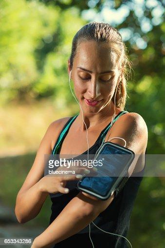 Female Runner Using Smartphone : Foto stock