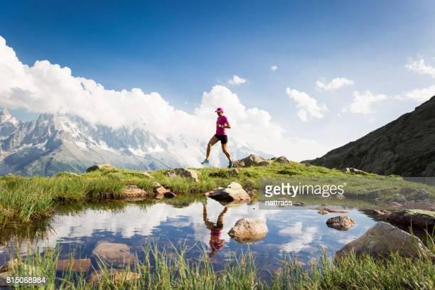 Femme en cours d'exécution dans les montagnes