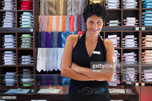 Weibliche Verkäufer im store shirts