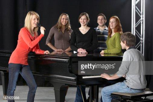 女性シンガー、コーラス、ピアニストとグランドピアノ