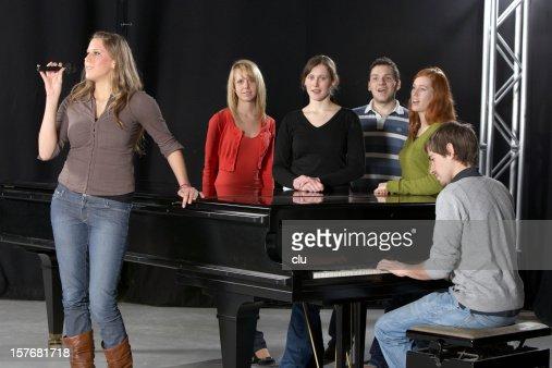 Cantante femenina, con Chorus y pianista y piano de cola