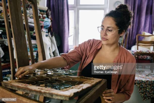Vrouwelijke kleine ondernemer opknappen stoel In bekleding Workshop