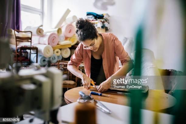 Vrouwelijke kleine ondernemer werken haar ambacht bij thuisstudio