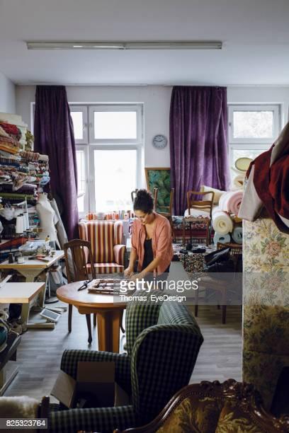 Vrouwelijke kleine ondernemer werken In bekleding Studio