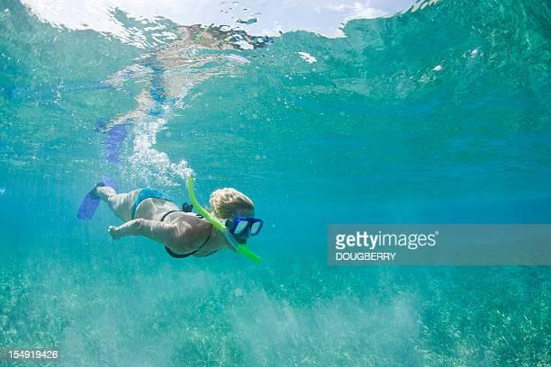 Femme plongée avec masque et tuba