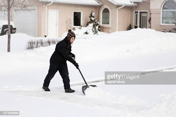 Weibliche Schnee shoveler