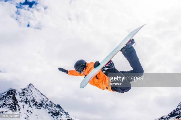 Weiblichen Snowboarder in der Luft