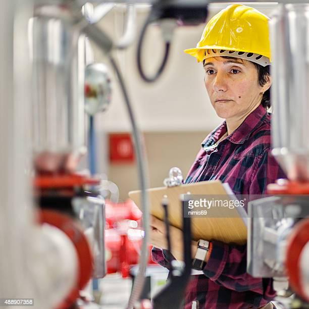 Weibliche einem engeneer bei der Arbeit