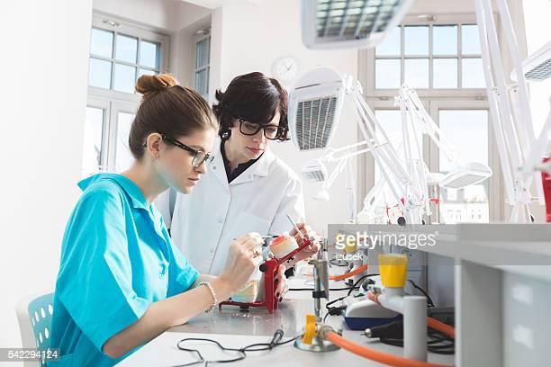 Estudiante mujer aprendizaje ortopédicas y odontología, hablar con maestro