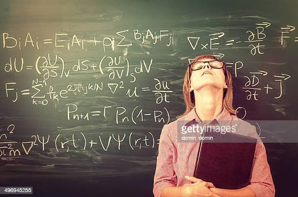 Femmina studente stanco di scuola attività e gli esami, look retrò