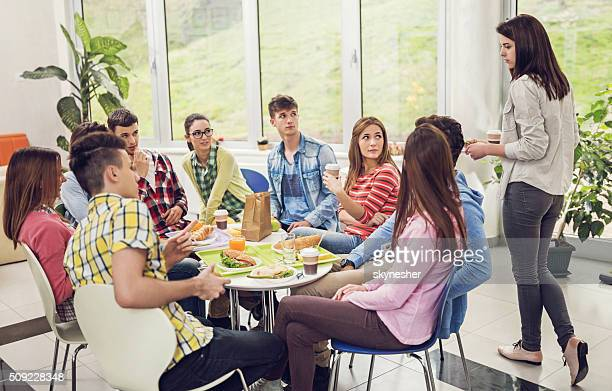 Weibliche Studenten suchen Sie Platz in einer Cafeteria.