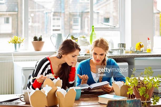 Weibliche Studenten lernen wie zu Hause fühlen.