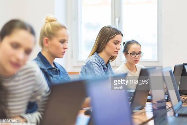 Weibliche Studenten lernen Computer-Programmierung
