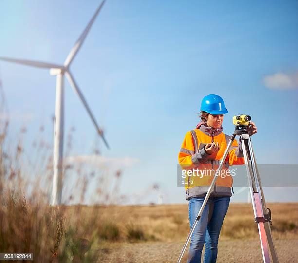 Weibliche Landvermesser in Windparks