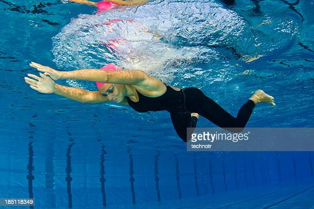 Weibliche Schwimmer in Brustschwimmen