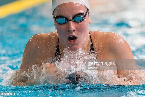 Weibliche Schwimmer Swimmingpool