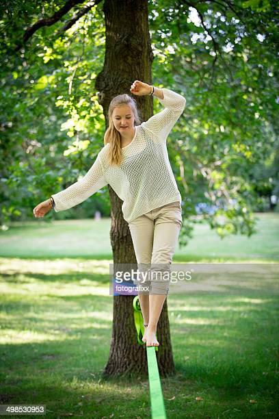 Femmina adolescente in equilibrio su una Slackline