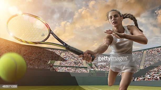 Femme de Tennis sur le point de toucher le ballon