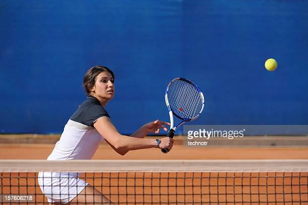 Femme Joueur de tennis frapper le ballon