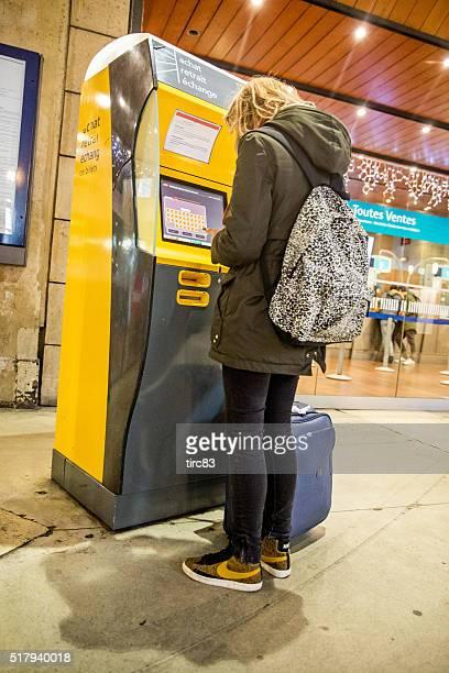 Femme distributeurs utilisateur à la gare ferroviaire de Paris