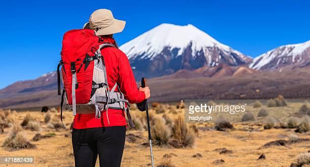 Weibliche Touristen um Parinacota Vulkan auf die bolivianische altiplano