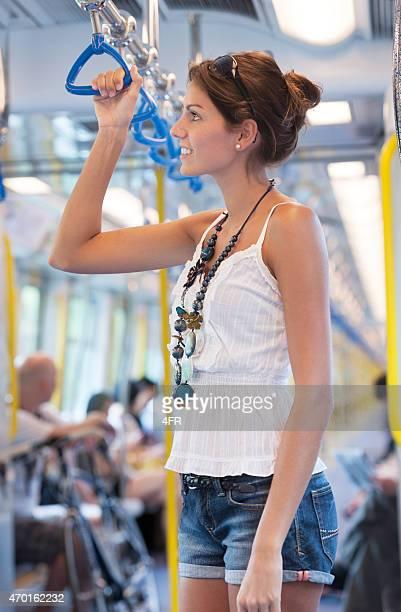 Hembra turista tomando el metro