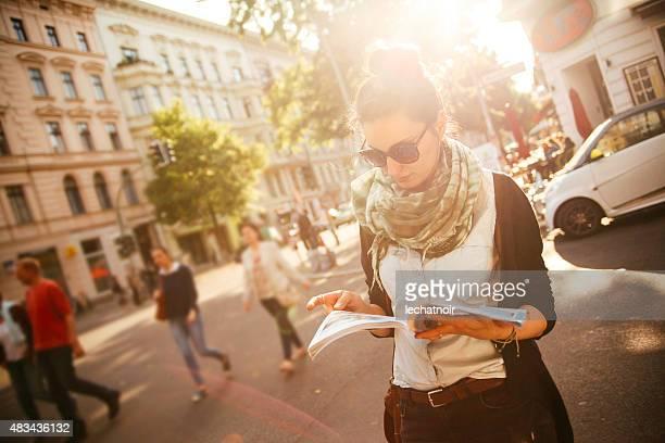 Weibliche Touristen Fuß auf der Straße in Berlin