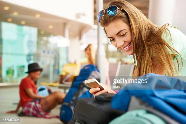 Weibliche Reisende updates Ihrer social media