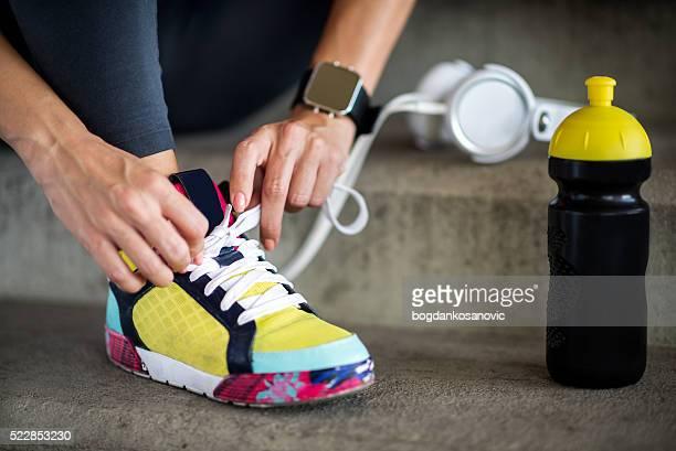 Matrimonio femminile in scarpe sportive con lacci