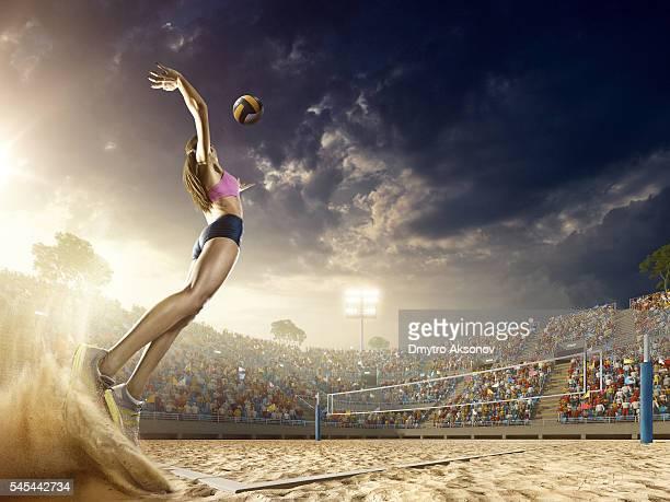 Mujer jugador de vóleibol en acción