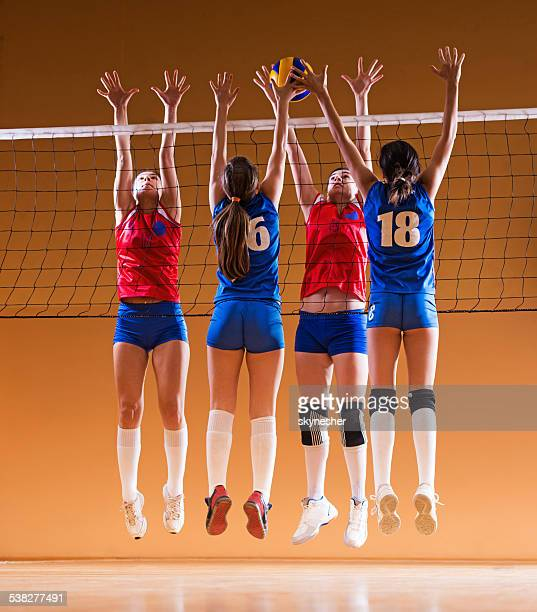 Weibliche volleyball-team in Aktion.