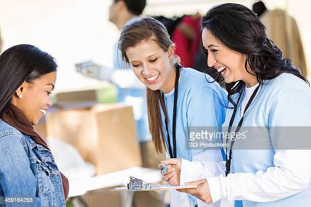 Femme femme bénévoles afin de vous abonner à un don drive