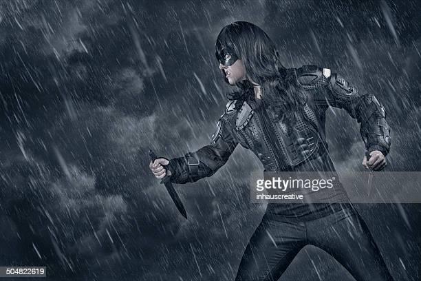 Weibliche Kämpfer in schlechtem Wetter