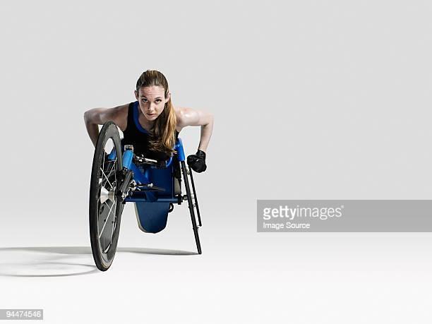Donna atleta su sedia a rotelle