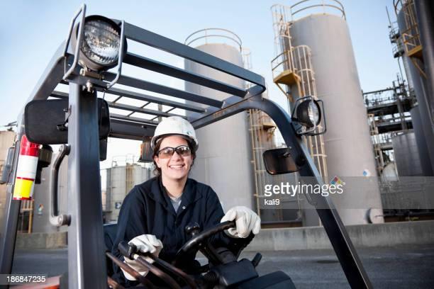 Weiblichen Arbeiter driving Gabelstapler