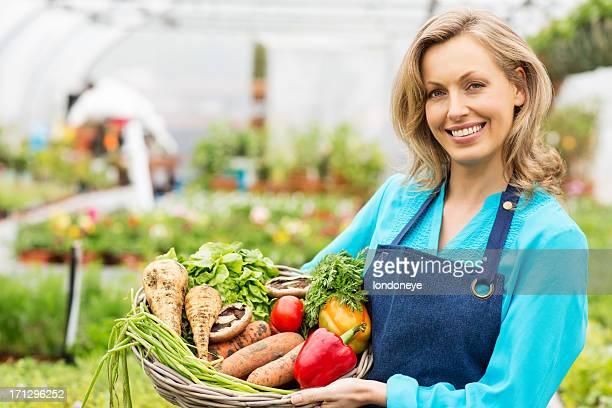 Femme Travailleur tenant Panier de légumes frais
