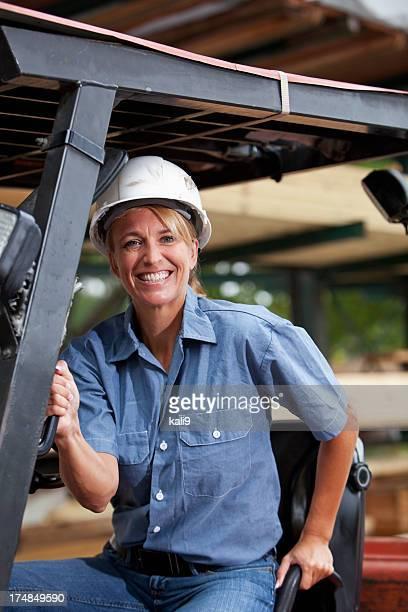 Weiblichen Arbeiter am Gabelstapler