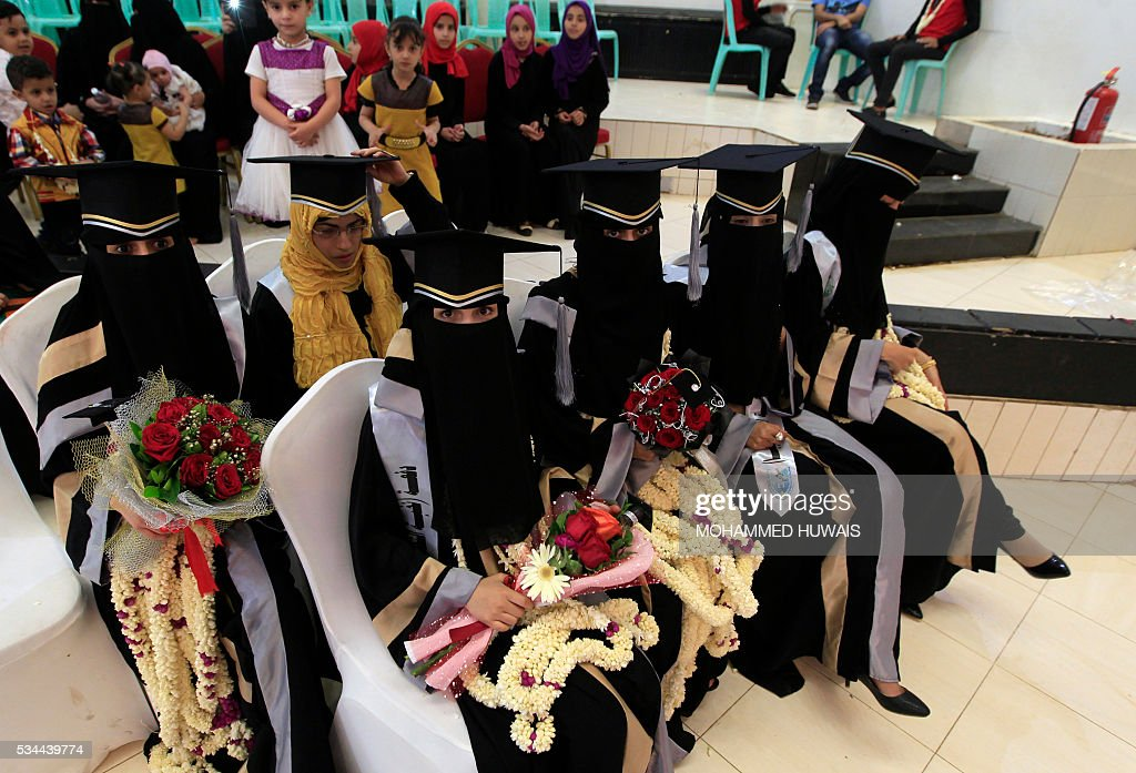 Female Yemeni University graduates pose for a photo during their graduation ceremony in the Yemeni capital Sanaa on May 26, 2016. / AFP / MOHAMMED