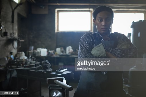 Feminist working in smithy : Stock-Foto