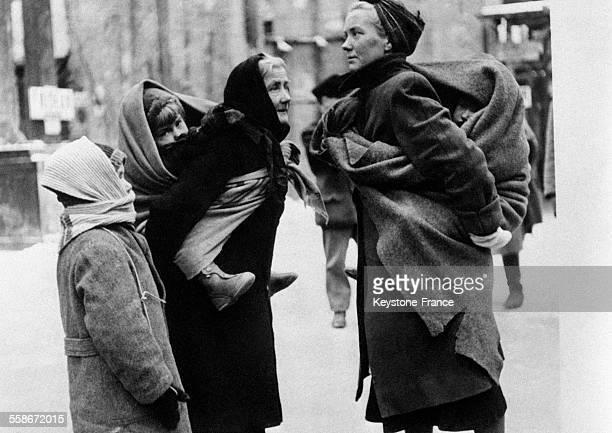 Femme grandmère et enfant allemands venant de l'Est photographiés pendant une halte à Berlin Allemagne en 1946