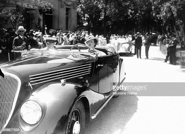 Femme élégante au volant d'une belle voiture lors du concours à Paris France le 28 mai 1935