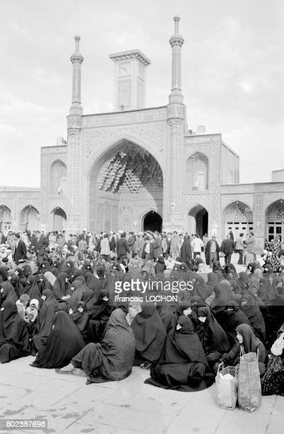 Femmes voilées assises à l'intérieur de la grande mosquée dans la ville sainte de Qom le 29 mars 1979 Iran