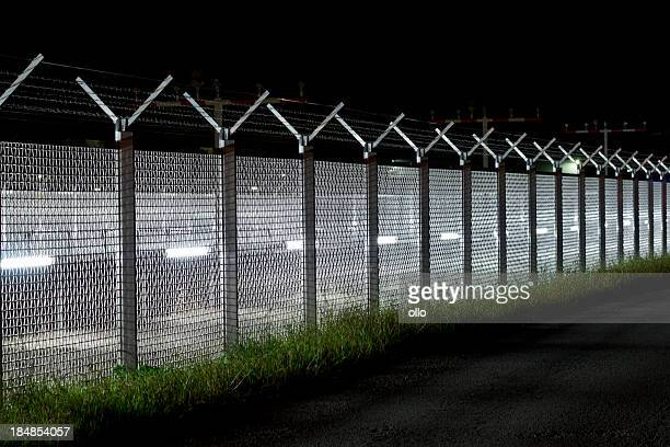Zaun mit Stacheldraht am Flughafen