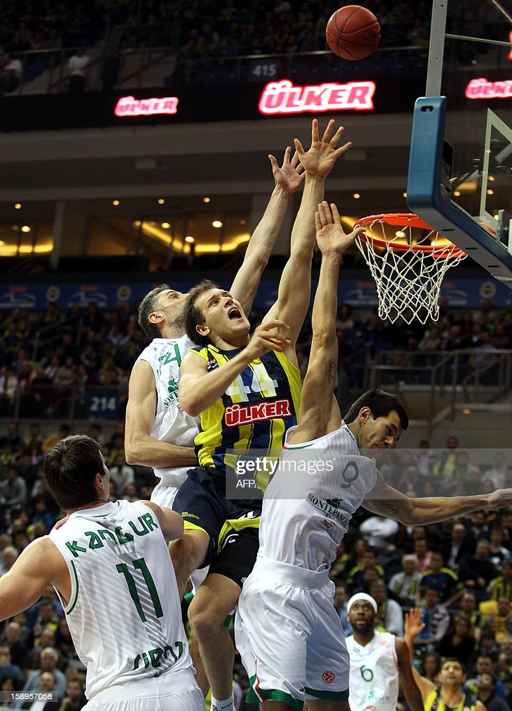 Fenerbahce Ulker`s Bojan Bogdanovic (2nd-R) vies with Montepaschi Siena`s Marco Carraretto (R) and Tomas Ress (2nd-L) during their Euroleague basketball match between at the Ulker Sport Hall in Istanbul on January 4, 2013. AFP PHOTO/STR